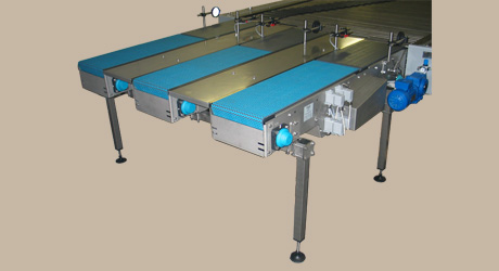 Flat top chain conveyor with stop and timing 1 - Example: 3-lane stop- and timing conveyor in front of a line distributor